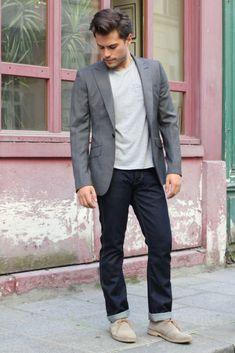 Blazer gris, t-shirt clair, jean brut et desert boots sable