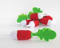 Pretend Filz Garten mit 12 Gemüse spielen und 2 Würmer in den Höhlen.  Möchten Sie eine kleine Gärtnerin in Ihrer Familie haben? Dieser Satz von Spielzeug – zu kaufen und Ihr Kind gerne :)  Achtung!!! Regulärer Preis - 142 USD. Wenn Sie jetzt die Filz-Garten - kaufen Sie sparen 30 % (Ermäßigung ist gültig bis 31. Dezember oder für die ersten zehn Käufer). Für 100 USD können Sie mehr als 15 handgefertigte Unikate kaufen!  —————————————————————  Löcher in den Schaumstoff schneiden lassen das…
