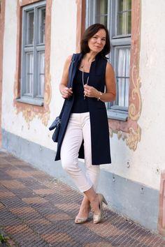 Klassischer Spätsommer Look mit langer Weste in Weiß und Dunkelblau | Lady of…