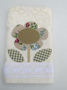 Toalha de mão de excelente qualidade.  Patch aplique em tecido 100% algodão, bordada em ponto caseado com motivo floral.  Acabamento em renda.    Sob encomenda consulte estampas e cores no ato do pedido.