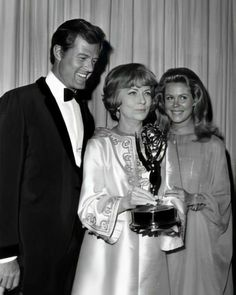 """Robert Culp and Elizabeth Montgomery seen with Agnes Moorehead and her Emmy statue for her win for her role on """"The Wild, Wild West"""" at the 1967 Emmy Awards. Agnes Moorehead, Hollywood Stars, Classic Hollywood, Old Hollywood, Hollywood Actresses, Bewitched Tv Show, Bewitched Elizabeth Montgomery, Erin Murphy, The Emmys"""