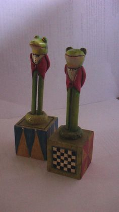 2 frogs(tis look like the frogs from alice in wonderland 0.0)