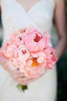 Klassische Brautsträuße mit Pfingstrosen   Friedatheres.com  peonie bouquet  Foto: Gia Canali Photography / Strauß: Amy Kaneko Events