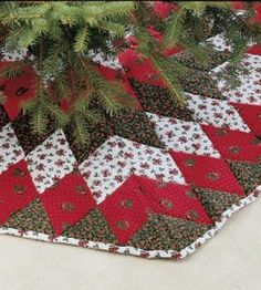 Patchwork Christmas Quilt Tree Skirts Ideas For 2019 Xmas Tree Skirts, Diy Christmas Tree Skirt, Christmas Tree Skirts Patterns, Christmas Tree Crafts, Christmas Sewing, Christmas Knitting, White Christmas, Xmas Trees, Christmas Stockings