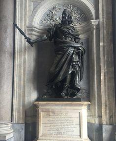 Het beeld van Filips IV is geplaatst bij de ingang van de Santa Maria Maggiore. Filips IV was koning van Spanje van 1621 tot 1665. Hij wordt herinnerd voor zijn bescherming van de kunsten.