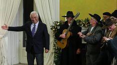 O primeiro-ministro elogiou o espírito de partilha português e as tradições seculares. O Rancho Folclórico da Ribeira de Celavisa, em Arganil, foi a São Bento cantar as Janeiras. http://observador.pt/2018/01/05/costa-elogia-espirito-de-partilha-em-dia-de-cantar-das-janeiras-em-sao-bento/