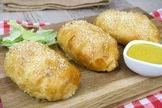 Arrotola il pollo nella pasta sfoglia e poi inforna! Il risultato ti delizierà. INGREDIENTI pasta sfoglia senape petto di pollo sale pepe salame formaggio a fette PREPARAZIONE 1.