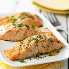 Healthy fats like SALMON, iron-rich foods, and smart snacking can help you fight fatigue. High Protein Recipes, Heart Healthy Recipes, Healthy Choices, Good Protein Foods, Healthy Heart, Healthy Dishes, Superfoods, Healthy Fats, Healthy Eating