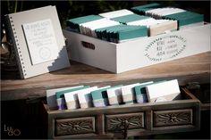 CDs personalizados para los invitados en caja de madera. Personalized CDs as wedding gifts.