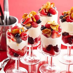 Berry Cheesecake Parfaits Layers of Brie and cream cheese puree, fresh berries, and toasted almonds stack up to beautiful -- and surprisingly low-cal -- brunch parfaits. Just Desserts, Delicious Desserts, Dessert Recipes, Yummy Food, Baked Cheesecake Recipe, Berry Cheesecake, Classic Cheesecake, Savory Breakfast, Breakfast Dishes