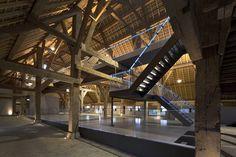 Zo veel bereiken met zo weinig! Less is more als thema in een oude boerderij. Opgeknapte museumboerderij met 'blauwe draad' - architectenweb.nl