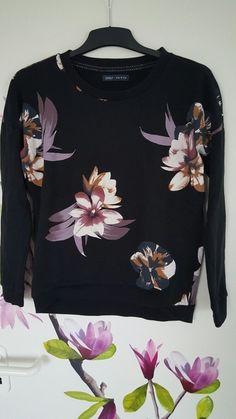 Pullover von ONLY in schwarz mit Blumenmuster. Nie getragen, nur Deko im Kleiderschrank deswegen hier angeboten. VK gehen ...