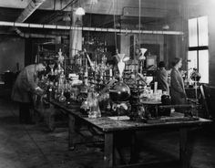 Kodak Research Laboratories in Rochester, New York, in 1920 / Courtesy of Kodak. Now that's a lab! Imagine the research that went into developing celluloid film in the early Ernest Hemingway, Lab Humor, Science Equipment, Rochester New York, History Of Photography, Photography Photos, Joss And Main, Photos Du, Chemistry
