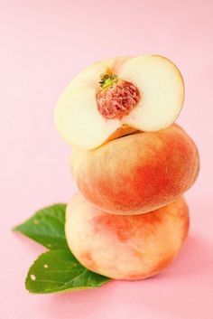mmmmm.... I love these white peaches! - They call these button peaches in North Carolina and they are delicious..