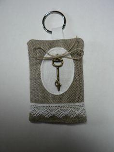 Porte-clef senteur lavande de Provence orné d'une breloque clef dont le bout représente un chat