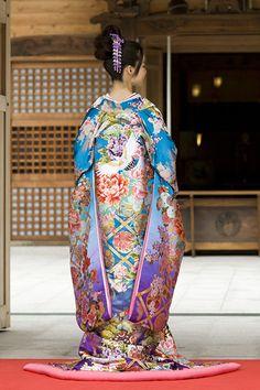 "thekimonogallery: ""Modeling wedding uchikake over-kimono. Japan "" Source by Yukata, Furisode Kimono, Silk Kimono, Japanese Outfits, Japanese Fashion, Asian Fashion, Kimono Japan, Traditional Kimono, Traditional Dresses"