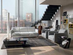 Celoskleněný stolek Figaro – Dark Grey nabízí zajímavý úložný prostor. Cena je 32 990 Kč; Natuzzi