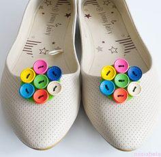 ęcznie wykonane klipsy do butów z kolorowych guzików.  Klips to magiczna ozdoba , która sprawi że najzwyklejsze buty staną się niebanalne i niepowtarzalne. Przypinaj je do balerinek, szpilek lub torebki czy koszuli.... Ich zastosowanie zależy jedynie od naszej wyobraźni.  Ozdoby mocowane są na specjalnie zaprojektowanym klipsie do obuwia, który  jest bezpieczny dla stopy i buta.  Cena 32 zł  Ozdoba 4,5 cm  Materiały: Klips, filc, guziki