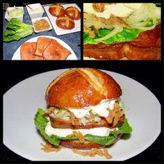 Ein leckerer Burger mal etwas anders. Hier stapeln sich: leckere Bier-Laugenbrötchen, Salat, kross gebratener Fleischkäse, Burger-Creme, Krautsalat und Röstzwiebeln!