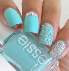 There's a certain depth with the rhinestone-filled nail polish and the sea green lacquer which goes to show that the rhinestone nail polish was used as the base. It definitely looks gorgeous and flirty and great for date nights.