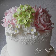 Beautiful top on this cake♥