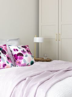 Let your bedroom blossom with Minna Niskakangas's floral Orvokki cushion covers! These cotton cushion covers are 45x45 cm in size and decorated with pink and plum-coloured pansies.  #cushions #pillows #cushioncovers #floralcushions #bedroom