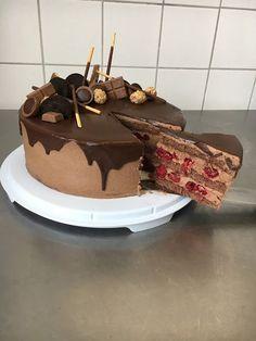 Schoko-Wiener-Boden mit Schokoladenbuttercreme mit Himbeeren, Schokoladenganache und Süßigkeitendeko mit Mikado, Rocher, Toffifee, Riegel, Giotto...