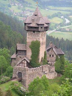 falkenstein, oostenrijk.  dit kasteel werd gebouwd in 1869 in opdracht van koning ludwig. dit kasteel word jaarlijks bezocht door 1,3 miljoen mensen