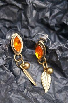 Paires de boucles d'oreilles puces pendantes avec feuilles en laiton et strass oranges. Modèles unique Creations, Brooch, Bracelets, Jewelry, Jewelry Designer, Unique Jewelry, Fleas, Leaves, Brass