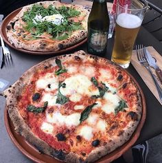 Un copain une terrasse une pizza et une bière.. Que demander de plus @thepeonaflower  #prestofresco #italianfood #italien #pasta #pizza #restaurantitalien #mangeritalien #gourmand #gastronomie #food #cucinaitaliana #italiancuisine