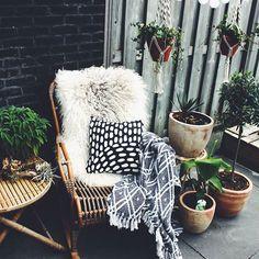 De JASSA salontafel bij @tatjanas_world_ | #IKEABijMijThuis IKEA IKEAnederland IKEAnl outdoor tuin balkon hout natuurlijk duurzaam fauteuil stoel groen planten interieur wooninterieur inspiratie wooninspiratie meubel meubels meubelen tafel