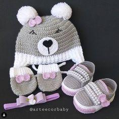 Roupa infantil de ursinho em croche para você compartilhar com as amigas. E sua criança vai ficar linda com essa ideia em crochê. Crochet Baby Booties, Crochet Hats, Knitted Baby Clothes, Baby Kit, New Crafts, Crochet For Kids, Baby Knitting, Baby Dress, Kids Fashion