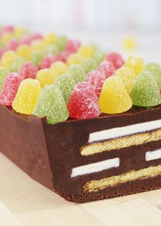 Delfiakake er kanskje julens mektigste kake, men er uten tvil en favoritt hos mange. Denne konfektkaken er ganske enkel å lage og den skal ikke stekes. Det er mest vanlig å bruke Per-kjeks i kaken, men ønsker du å lage en vri på kaken, kan disse erstattes med eksempelvis pepperkaker. Kaken kan selvsagt pyntes etter eget ønske.