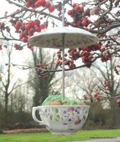 Wat zijn ze leuk, net nieuw binnen, onze Feeder Cup & Saucers!  Een Kop & Schotel, omgetoverd tot een waar voederplekje voor de vogels in uw tuin!  Tussen de Kop & Schotels is een ijzeren staaf bevestig van ca. 18 cm. Daarnaast is de Kop en Schotel voorzien van een ophanghaakje. Het Kopje kunt u vullen met bijvoorbeeld pindazakjes of los vogelzaad.   Nodig op deze manier de gevleugelde vriendjes uit voor een diner op Chique! www.debrocantekast.nl
