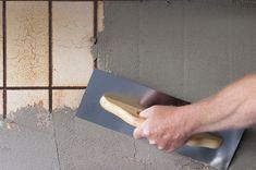 Rengør grundigt med grundrens. En tynd blanding Multipuds spartles på fliserne og udjævnes med en bred pensel. Pudsen trækkes i et jævnt lag ud over alle fliserne med et stålbræt.