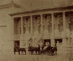 carruaje frente al palacio El Capricho