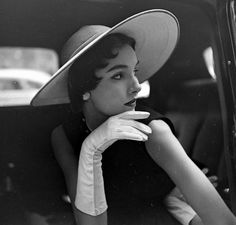 NOT Chanel. This is Sherry Nelms wearing a velvet cartwheel hat by Dior, photo by Gordon Parks for Life magazine, March Moda Vintage, Vintage Vogue, Vintage Glamour, Gordon Parks, Vintage Chanel, Vintage Couture, Park Photography, Fashion Photography, Photography Gloves