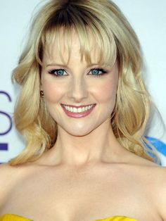 Melissa Rauch - People's Choice Awards 2013 http://beautyeditor.ca/2013/01/11/peoples-choice-awards-2013-5-looks-i-loved-okay-liked-and-5-i-didnt/