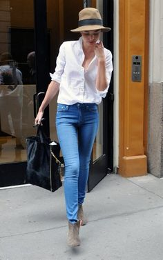 Miranda Kerr stuns again in blue jeans and a crisp white shirt Fedora Fashion, Denim Fashion, Fashion Pants, Love Fashion, Womens Fashion, Fashion Design, White Shirt And Jeans, Crisp White Shirt, Blue Jeans
