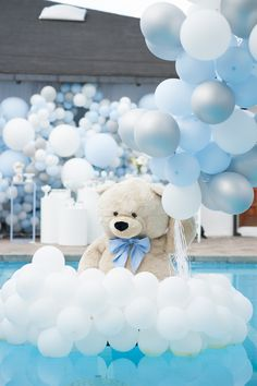 Floating Plush Bear + Balloon Installation from a Little Bear Baby Shower on Kara's Party Ideas Baby Shower Plates, Deco Baby Shower, Baby Shower Themes, Baby Boy Shower, Baby Showers, Shower Ideas, Splash Party, Balloon Installation, Balloon Backdrop