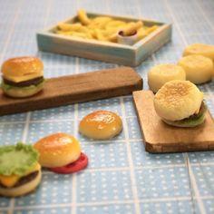・ イングリッシュマフィンとハンバーガーを作ってます ・ が、具材の種類がよく分からないので、 同じような物ばかりに(笑) ・ とりあえず観賞用みたいな形にしようかなぁ ・ ・ #ミニチュア #ミニチュアフード #ハンドメイド #粘土 #樹脂粘土 #ハンバーガー #バーガー  #イングリッシュマフィン #チーズバーガー ばっかり #ストラップ にしたいけど、 そういうの考えるの#苦手 やなぁ #miniature #miniaturefood #handmade #clay #hamburger #burger