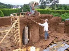 If walls could talk: a cob house in construction by Kevin McCabe - The Independent Cob Building, Green Building, Building A House, Round Building, Building Plans, Earth Bag Homes, Earthship Home, Adobe House, Tadelakt