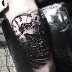 Clock tattoo, tatuaggio orologio, draw, disegno, idea, realistic, details, realistico, dettagli, realistic tattoo, tattoo life, tattoo ingranaggi, tattoo gears, tattoo by edwin basha, black and white, turin