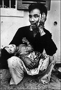 A vietnamese father and child photographed by Catherine Leroy - Vietnam War War Photography, Documentary Photography, Concept Photography, John Berger, Vietnam War Photos, Vietnam History, History Magazine, My War, War Image