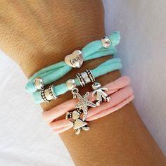 Pin by valeria barcala on biyuu de moda julio. Bracelet Fil, Bracelet Crafts, Jewelry Crafts, Jewelry Art, Handmade Jewelry, Fabric Bracelets, Fabric Necklace, Fabric Jewelry, Beaded Bracelets