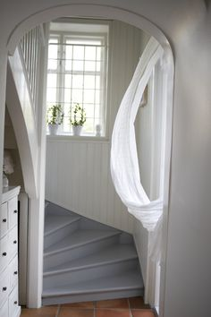 Ett helvitt romantiskt hem kan lätt brytas av med detaljer i färg. Här har trappan målats med Beckers kulör Granitgrå 811. Hallway Inspiration, New England Style, House Stairs, Stairways, Mudroom, Diy Painting, Foyer, Entrance, Home And Garden