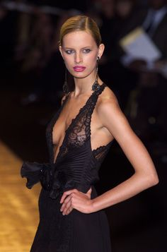 black lace top Valentino at Couture Spring 2001 - StyleBistro Foto Fashion, Fashion Moda, Runway Fashion, Fashion Beauty, Womens Fashion, Gizele Oliveira, Glamour, Sexy Dresses, Sleeveless Dresses