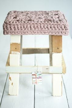 """wood wool zpagetti stool"" crochet cover for wooden stool Crochet Home, Love Crochet, Diy Crochet, Chunky Crochet, Crochet Fabric, Stool Cushion, Stool Covers, Seat Covers, Cotton Cord"