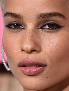 Celebrity photos that are really close-up. Celebrities with bad skin,. Zoe Kravitz, Zoe Isabella Kravitz, Beauty Skin, Beauty Makeup, Eye Makeup, Hair Makeup, Makeup Inspo, Makeup Inspiration, Red Carpet Makeup