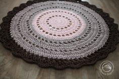 Okrągły bawełniany dywan robiony na szydełku z włóczki t-shirt/spaghetti pochodzącej z recyklingu.  Szerokość ok. 100 cm Kolory: ciemny brąz, cappuccino, łosoś
